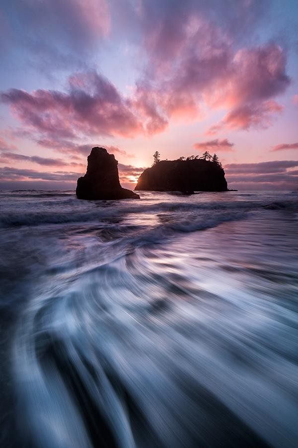 Outgoing-waves-and-sea-stacks-at-sunset-Ruby-Beach-Olympic-National-Park-Washington-USA
